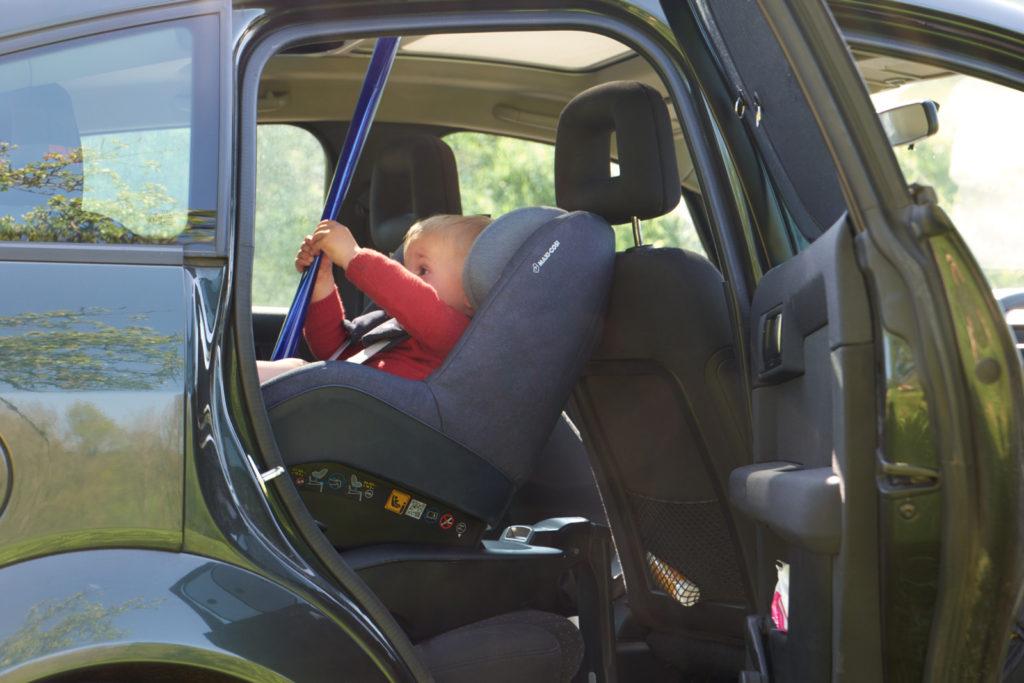mehr sicherheit im auto f r kleinkinder dank r ckw rts gerichtetem kindersitz new kitz on the blog. Black Bedroom Furniture Sets. Home Design Ideas