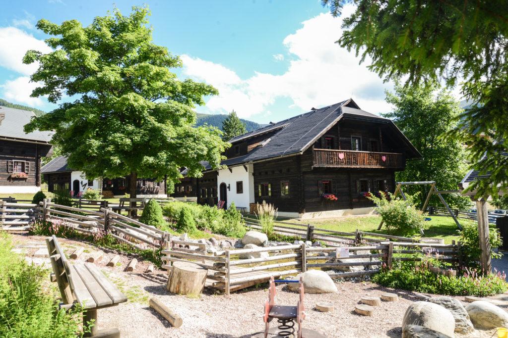Ausspannen im Hüttendorf Kirchleitn in Kärnten / Österreich
